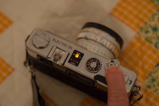 There is a Slow & Over indicator light to assist in setting the aperture.